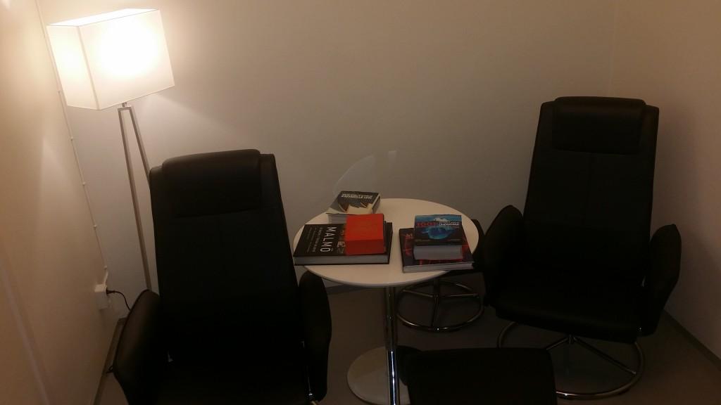 Väntrummet har även reclinefåtöljer och böcker som du kan läsa.