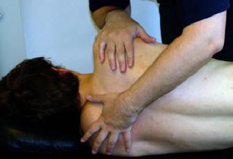 massageterapi med töjning av patient sidliggande