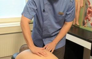 Undersökning av muskelspänningar som triggerpunkter sker genom att känna med fingrarna (palpation).