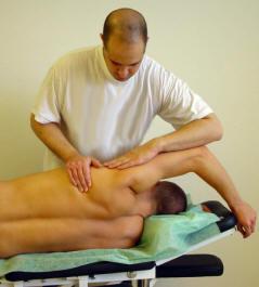 Manuell töjning av axelledens muskel