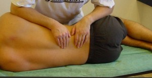 En PIR som utförs på ländryggens muskler.