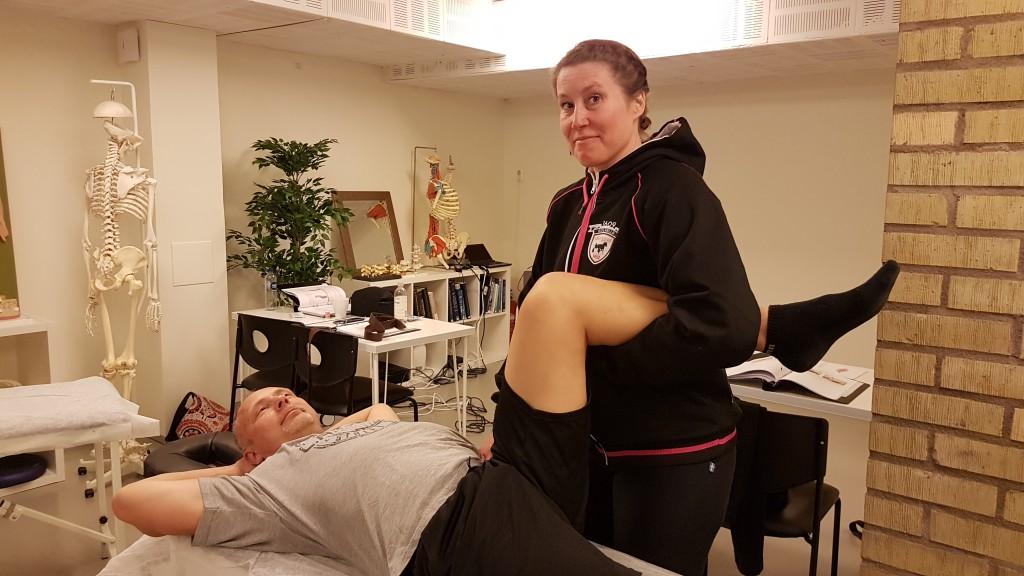 Medicinska massageterapeuter övar på behandling av Positional Release för iliopsoas och SI-leden.